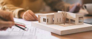 Baupläne und Modell eines modernen Hauses