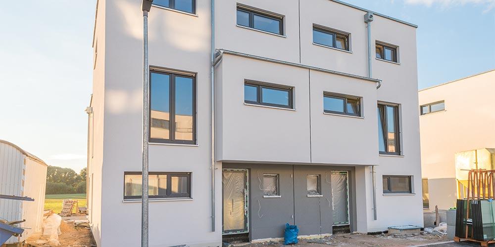 Modernes Doppelhaus mit Flachdach im Bau des Baupartners Fundamenta in Megdeburg